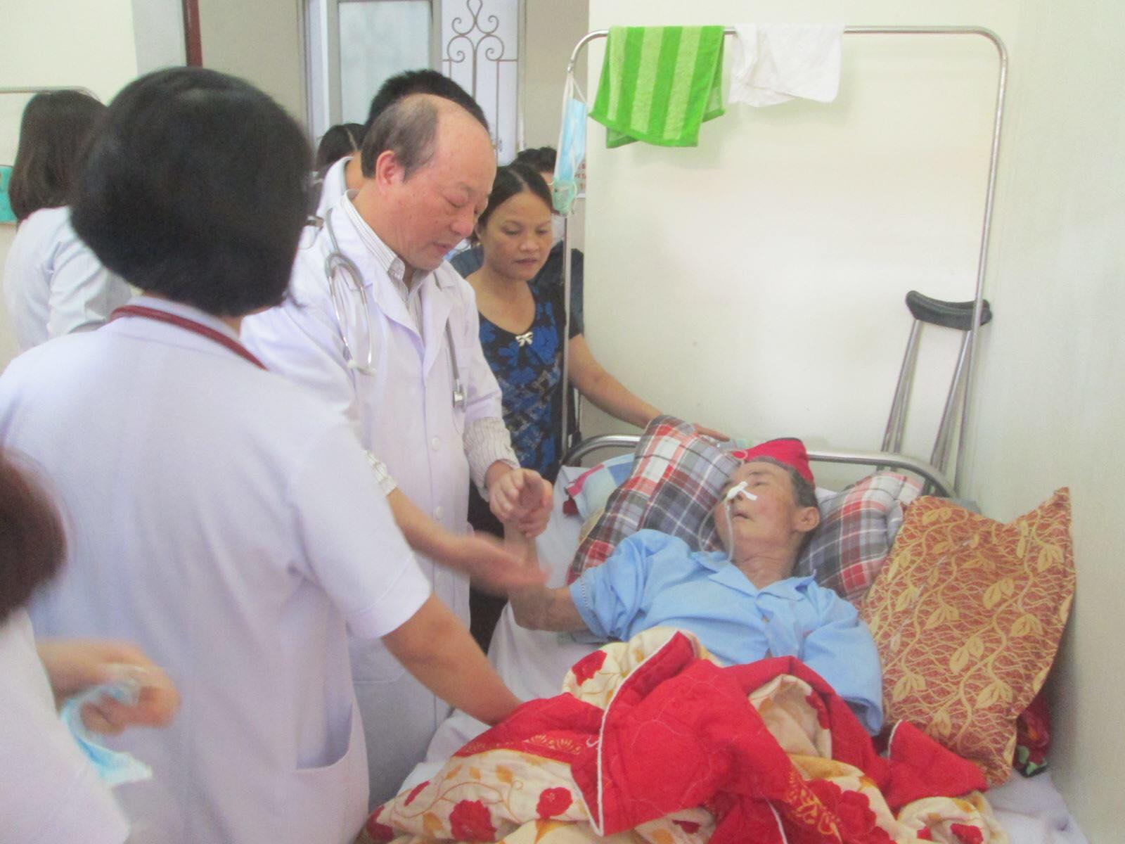 GS- TS Cao Minh Châu, Tổng thư ký Hội PHCN Việt Nam; Nguyên trưởng bộ môn PHCN Đại học Y Hà Nội thường xuyên tham gia khám chữa bệnh tại bệnh viện