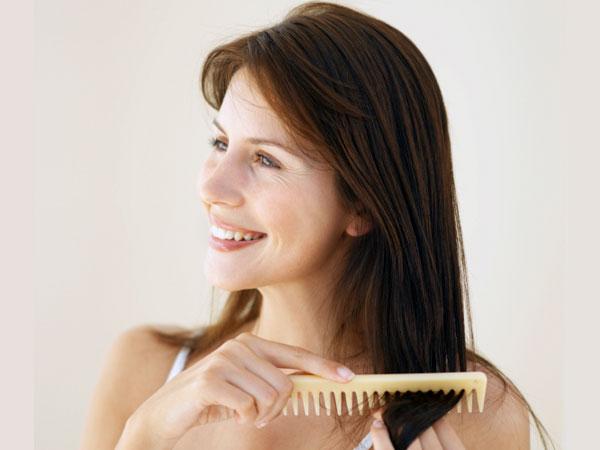 Bước 1: Chải tóc trước khi gội