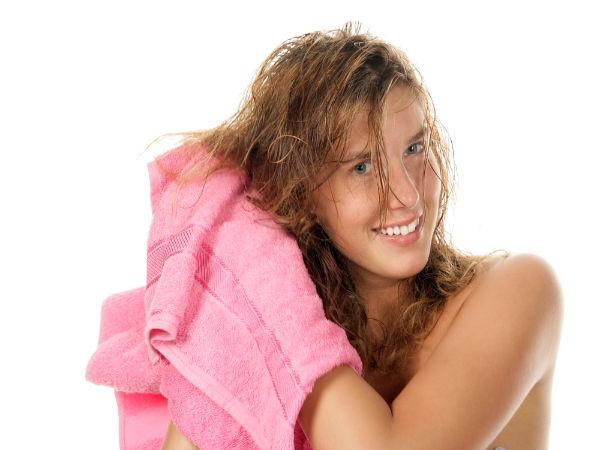 Bước 6: Lau bớt nước trên tóc trước khi thoa kem xả