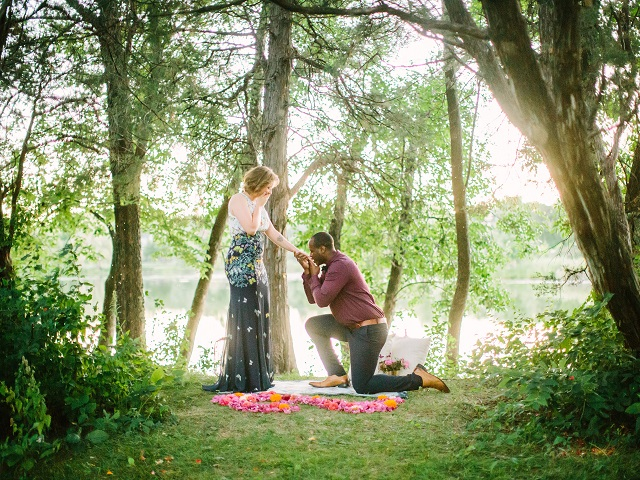 cầu hôn bên hồ nước