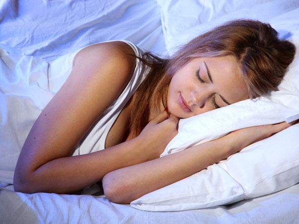 uống nước ấm giúp bạn ngon giấc hơn