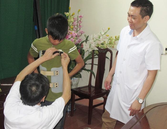 Mặc áo nẹp cột sống cho các em học sinh ở Cẩm Xuyên, Hà Tĩnh