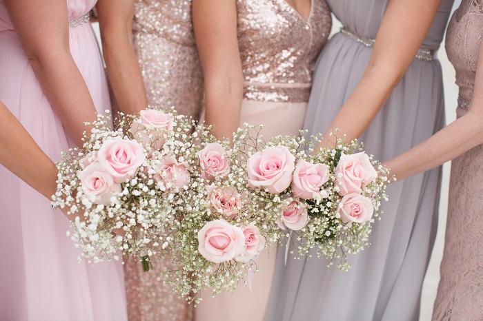 hoa cầm tay cô dâu từ hoa hồng và baby