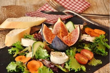 Salad rau xà lách xanh rắc pho mát