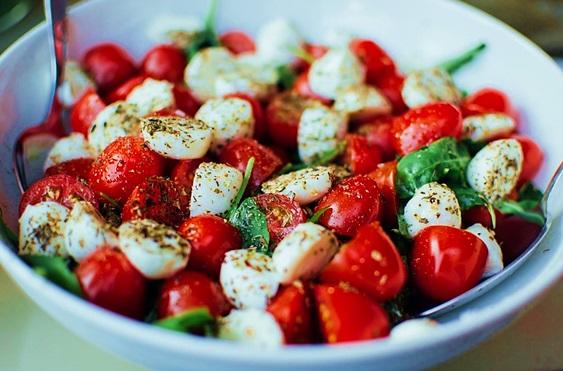 salad cà chua tươi sáng mắt, khỏe tim