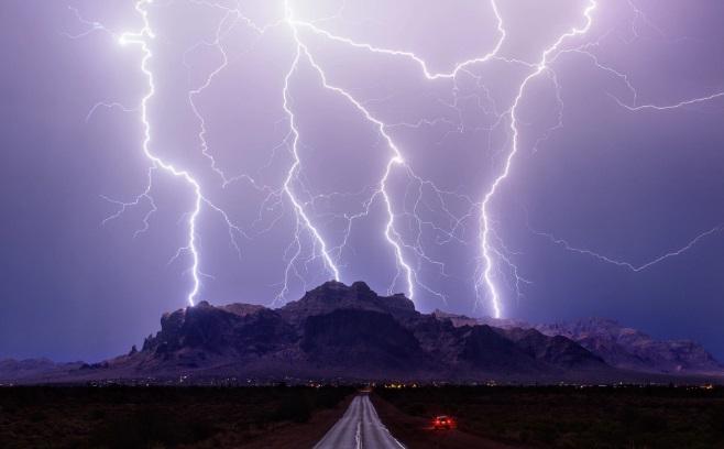 sấm chớp trên rặng núi Superstition ở Phoenix