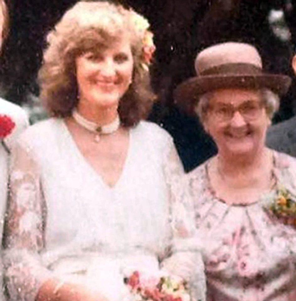 Bà Sue khi còn trẻ cùng mẹ