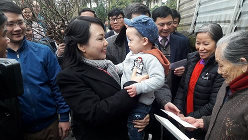 Bộ trưởng Y tế Nguyễn Thị Kim Tiến bế bé Gấu trong lòng