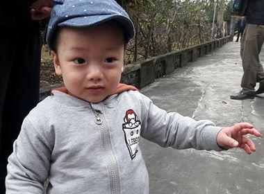 Bé Gấu, con trai cố thiếu úy Huyền Trâm đang chơi trong sân nhà