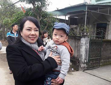 Bộ trưởng Y tế bế bé Gấu, con trai của thiếu úy Huyền Trâm trên tay