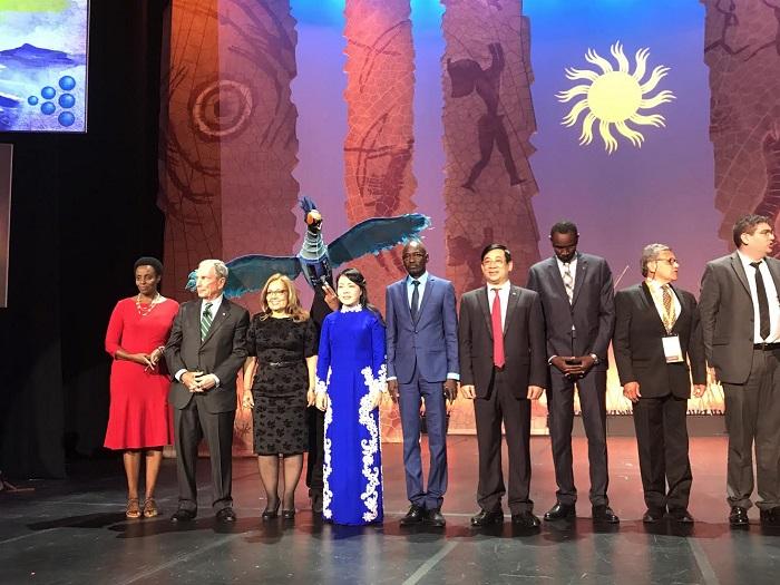 Bộ trưởng Y tế đại diện cho Việt Nam lên nhận giải thưởng toàn cầu về phòng chống tác hại thuốc lá cùng các quốc gia