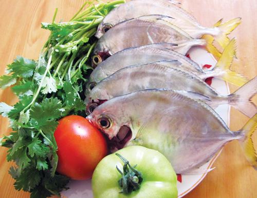 Cá rất giàu acid béo omega-3 giúp giảm cholesterol.