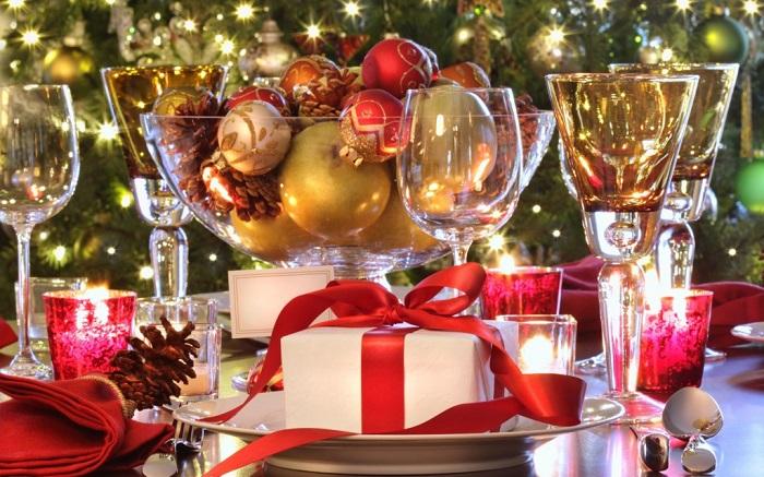 Bàn tiệc Giáng sinh với giỏ quà