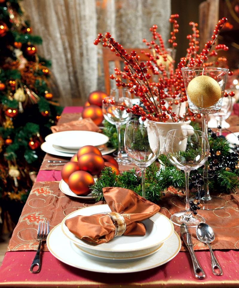 Trang trí bàn tiệc Giáng sinh với cành cherry