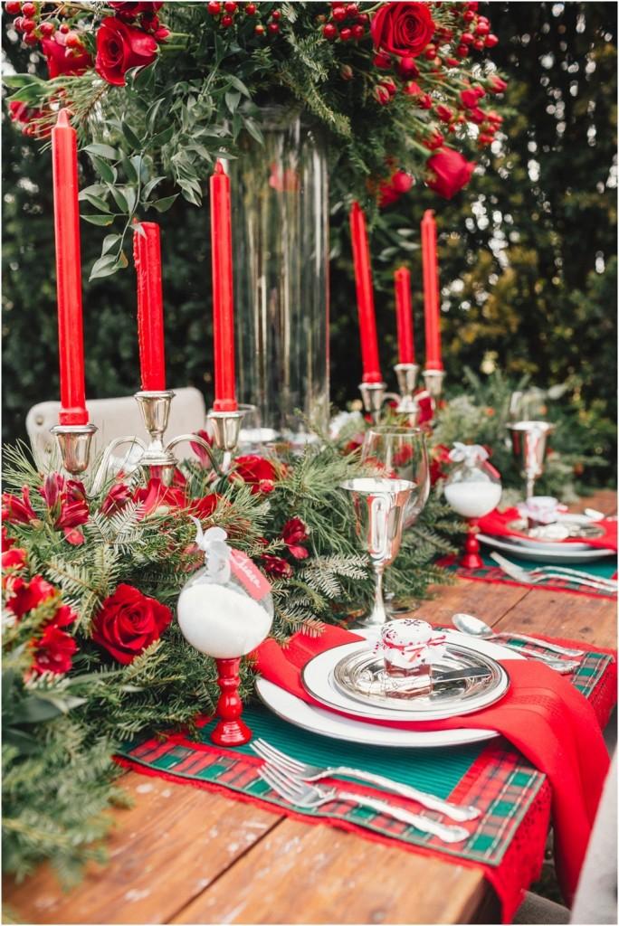 Trang trí bàn tiệc Giáng sinh với nến đỏ và hoa đỏ
