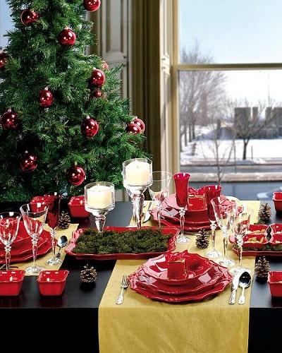 Bàn tiệc bên cạnh cây thông Noel