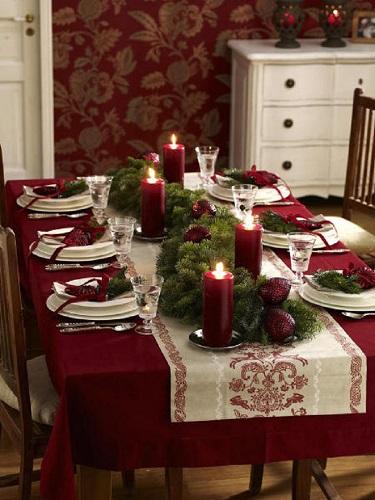 Trang trí bàn tiệc Giáng sinh với lá thông xanh