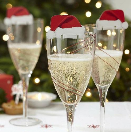 Trang trí bàn tiệc Giáng sinh với cốc sâm panh có gắn mũ ông già Noel