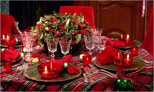 Bàn tiệc Giáng sinh với nến đỏ