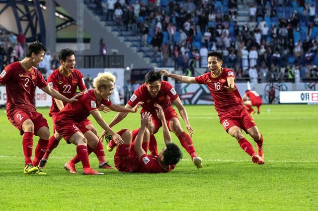Với tinh thần quả cảm, đội giành vé phút chót Việt Nam đã hạ gục đội đầu bảng Jordan để thẳng tiến vào tứ kết AFC