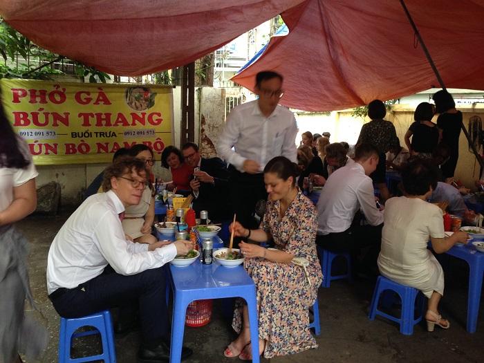 Công chúa Victoria tỏ ra thích thú với món lạ miệng Việt Nam
