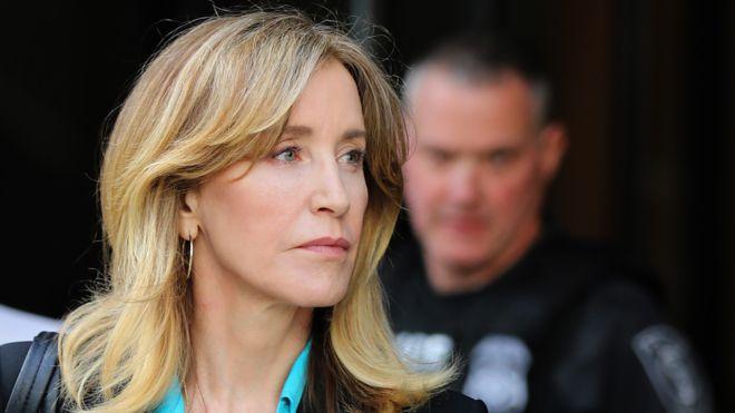 """Nữ diễn phim """"Các bà nội trợ kiểu Mỹ"""" Fecility Huffman bị buộc tội trả 15 nghìn USD để con gái của bà đạt điểm kiểm tra đầu vào"""