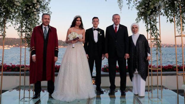 Tổng thống Thổ Nhĩ Kỳ Erdogan dự đám cưới của nhiều ngôi sao, trong đó có cầu thủ bóng đá Đức Mesut Ozil