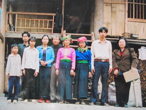 """Đại tá – họa sĩ Phạm Thanh Tâm (đứng giữa) gặp lại """"Em bé Mường Pồn"""" Lò Thị Phơi (thứ 4 từ phải sang)."""