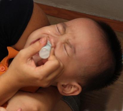 Khi dùng thuốc nhỏ mũi cho trẻ nhỏ cần thận trọng và phải theo sự chỉ định của bác sĩ.