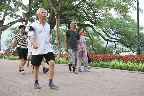 Đi bộ là phương pháp thể dục phù hợp cho người bệnh tim.  Ảnh: TM