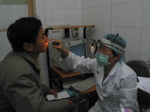 Khám điều trị bệnh lý ở mũi cho bệnh nhân.
