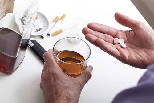 Không dùng thuốc kháng histamin cắt cơn chóng mặt cùng rượu, bia.
