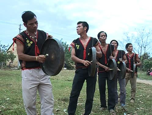 Nghệ nhân A Thút ( người đứng đầu) hướng dẫn đội chiêng làng Đăk Wớt tập luyện.