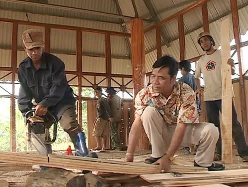 Phó Chủ tịch xã A Thút cùng bà con làng Ka Tol sửa chữa nhà rông.