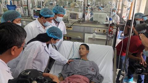 Bộ trưởng bộ Y tế thăm bệnh nhân chuyển từ bệnh viện Hoà bình về bệnh viện Bạch mai.