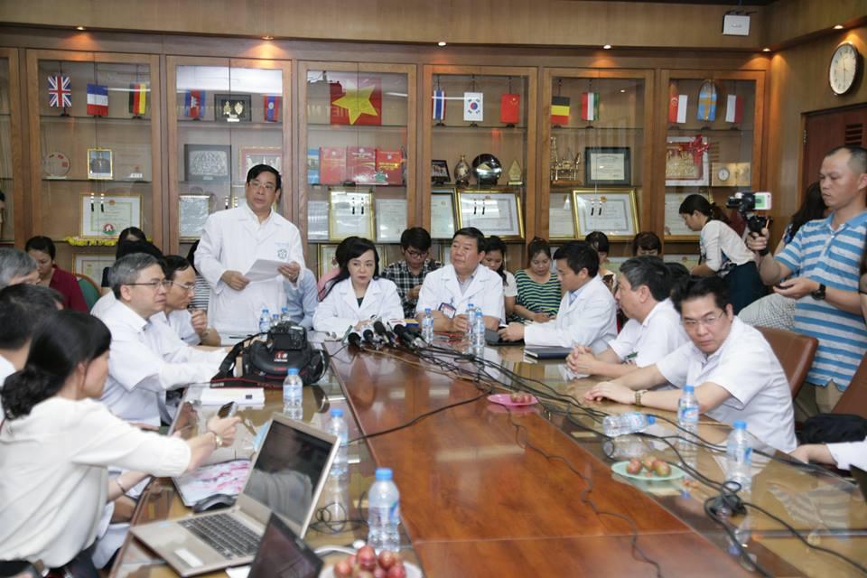 Bộ trưởng Bộ Y tế Nguyễn Thị Kim Tiến gặp gỡ các chuyên gia và báo chí tại BV Bạch Mai.