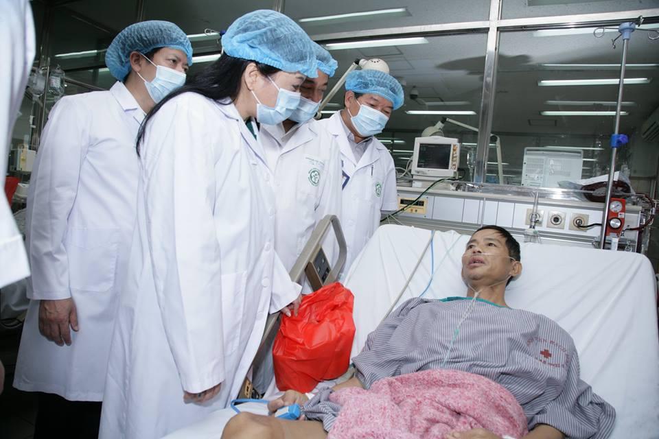 Ngay sau chuyến công tác phía Nam trở về, Bộ trưởng Bộ Y tế Nguyễn Thị Kim Tiến đã tới thăm hỏi bệnh nhân chuyển từ BVĐK tỉnh Hòa  Bình về điều trị tại Khoa Hồi sức tích cực Bệnh viện Bạch Mai. Ảnh: PV