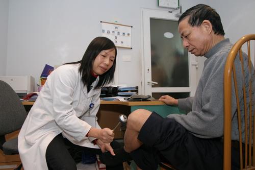 Khám cho bệnh nhân tại Bệnh viện Llão khoa. Ảnh: TM