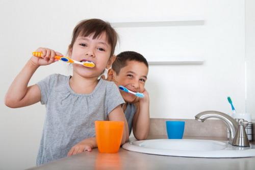 Chải răng thường xuyên sẽ giúp hết hôi miệng.
