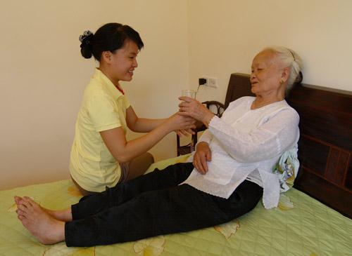 Chăm sóc sức khỏe cho người cao tuổi luôn được đặc biệt quan tâm.