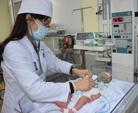 Chăm sóc trẻ sơ sinh tại bvđk tỉnh Vĩnh Phúc. Ảnh: Thu Thuỷ