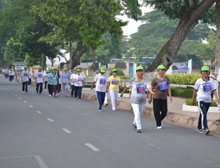 Tăng cường đi bộ giúp phòng ngừa bệnh tật. (Ảnh minh họa)