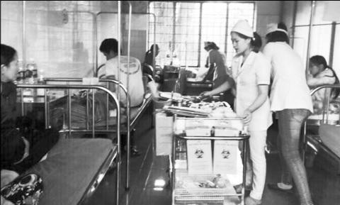 Điều trị cho nạn nhân ngộ độc thực phẩm tại BVĐK Buôn Hồ (Đăk Lăk).