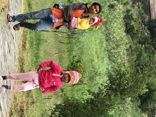 Tấm ảnh vô tình chụp tại làng S'to, Kbang, Gia Lai, 2 cháu bé Bahnar mặc rất đẹp và ấm.