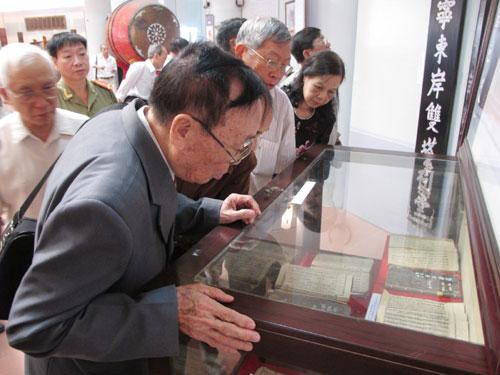 Du khách tham quan di vật của dòng tộc Nguyễn Du trưng bày tại Bảo tàng Bắc Ninh.