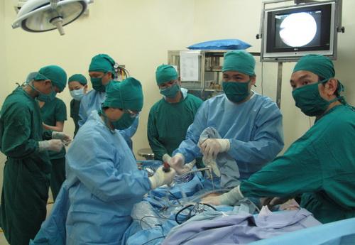 Các bác sĩ thực hiện phẫu thuật nội soi cho bệnh nhân bị đứt hoàn toàn dây chằng chéo trước khớp gối phải tại BV Hoàn Mỹ Đà Lạt.