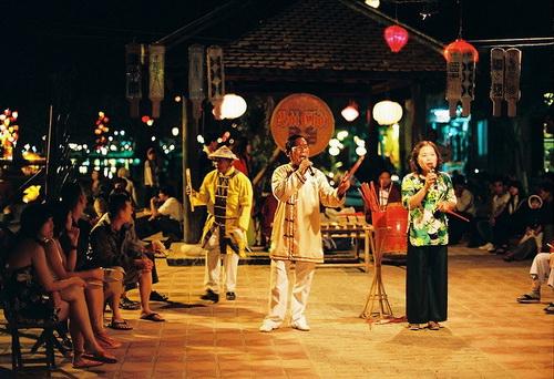 Bởi tính dân dã, mộc mạc và vui nhộn nên trò chơi nghệ thuật dân gian bài chòi thu hút rất nhiều người tham gia và cổ vũ.