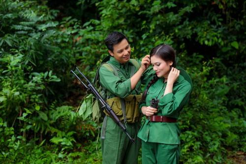 Trong Album Tri ân, ca sĩ Phạm Phương Thảo (bên phải) có hai ca khúc về người lính, thanh niên xung phong được khán thính giả đánh giá cao.