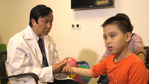 GS.TS. Nguyễn Thanh Liêm - Chủ nhiệm đề tài đang kiểm tra bệnh nhân.