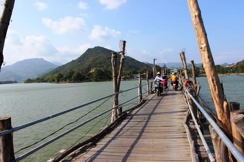 Cầu dài hơn 400m nên vừa đi vừa run.
